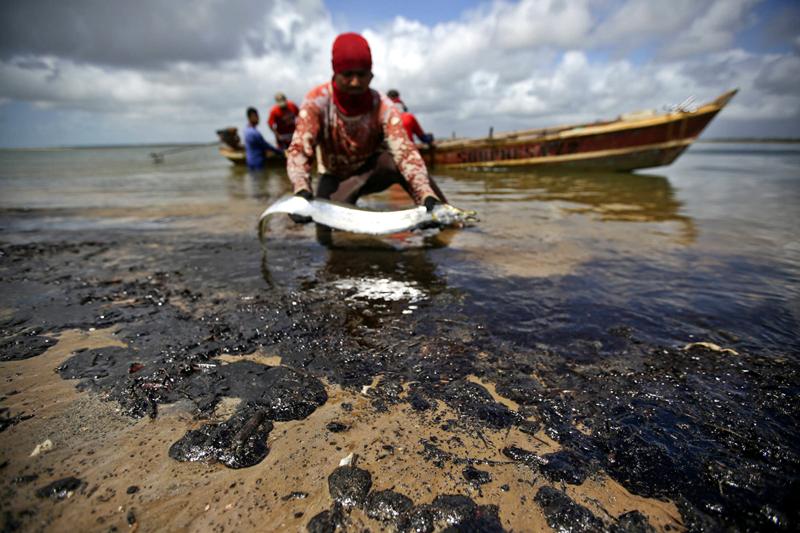 Pesca é afetada por manchas de óleo nas praias