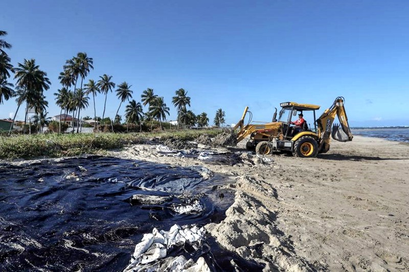 Mancha de óleo, bastante pesada, atingiu praia de Maragogi, em Alagoas.