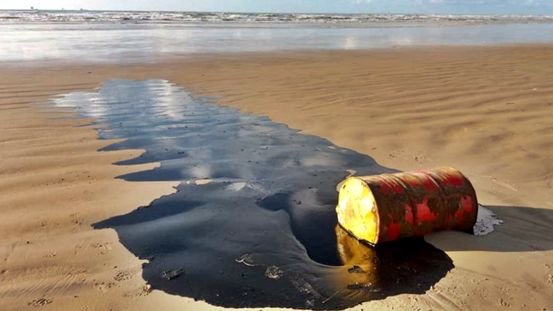 tambores da shell com óleo derramado
