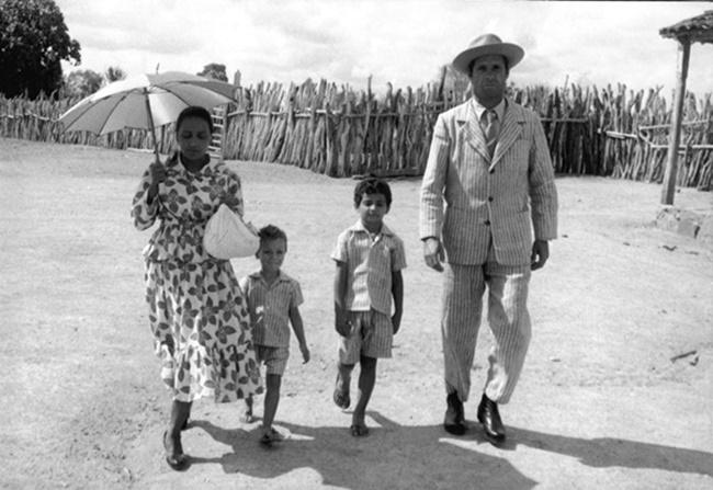 Resultado de imagem para imagens de familias de retirantes viajando